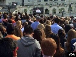 La multitud afuera del Capitolio ve el discurso del papa en pantallas gigantes. [Foto: Gioconda Reynolds, VOAQ]
