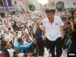 无党籍台北市长候选人柯文哲出席竞选活动。(美国之音许波拍摄)