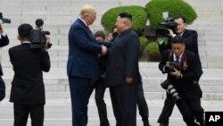 Predsednik SAD Donald Tramp i severnokorejski lider Kim Džong Un na teritoriji Severne Koreje