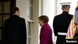 លោកស្រីអធិការបតី Angela Merkel នៃប្រទេសអាល្លឺម៉ង់អញ្ជើញមកដល់សេតវិមានដើម្បីជួបចរចាជាមួយលោកប្រធានាធិបតី បារ៉ាក់ អូបាម៉ានៅក្នុងទីក្រុងវ៉ាស៊ីនតោន កាលពីថ្ងៃអង្គារ ទី៩ ខែកុម្ភៈ ឆ្នាំ២០១៥។