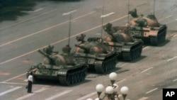 Một người biểu tình đứng chặn đoàn xe tăng của Quân đội Giải phóng nhân dân Trung Hoa tại cuộc biểu tình đòi dân chủ tại Quảng trường Thiên An Môn, ngày 5/6/1989.