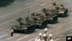 一名中国男子在北京东长安街拦截坦克车队 (1989年6月5日资料照片)