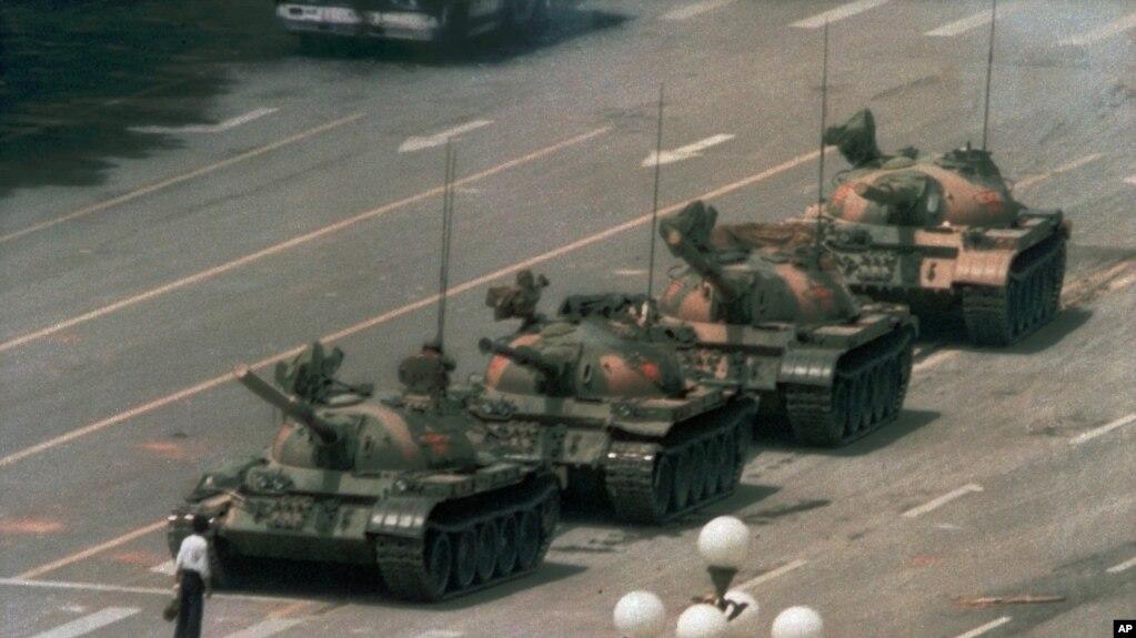 1989年6月5日,有人在北京的長安街上阻攔坦克。 據說他叫王維林。