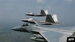 美国空军的F22和F15战机(资料照片)