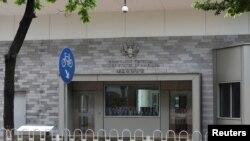 گوانگ ژو میں واقع امریکی قونصل خانہ جہاں کے ملازمین پراسرار بیماری کا شکار ہوئے ہیں۔ (فائل فوٹو)