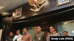 Menkopolhukam Wiranto mengumumkan pembubaran HTI didampingi Menkumham Yasona Laoly, Mendagri Tjahyo Kumolo dan Kapolri Jenderal Tito Karnavian di kantor Kemenkopolhukam Jakarta, Senin, 8 Mei 2017. (Foto: VOA/Andylala)