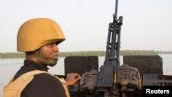 Un officier de la marine patrouille au large de l'État de Bayelsa au Nigeria le 19 décembre. (Reuters)
