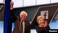 Hillary Clinton akiwa na Sanders wakijiandaa kwa kampeni ya pamoja Jumanne.