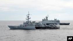 말레이시아 해군 소속 구축함과 해양순찰선이 13일 말라카해협에서 실종 여객기 수색 작업을 벌이고 있다.