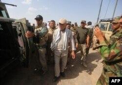Tư lệnh các lực lượng dân quân Badr, Hadi al-Ameri, giám sát việc triển khai lực lượng an ninh và bán quân sự tại khu vực al-Nibaie, tây bắc Baghdad.