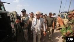 هادلی العامری (وسط) به همراه نیروهای امنیتی عراقی