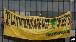 Para aktivis Greenpeace membentangkan poster di gedung Kementerian Kehutanan dan Lingkungan Hidup untuk memprotes dampak sektor perkebunan terhadap deforestasi, di Jakarta, 11 Maret 2010.