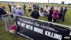 Activistas opuestos a la pena de muerte protestan frente a la prisión de Starke.