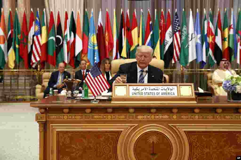 صدر ڈونلڈ ٹرمپ نے سعودی عرب کے دورے کے موقع پر مسلم دنیا پر زور دیا ہے کہ وہ انتہا پسندی سے نمٹنے کے لیے آگے بڑھیں۔