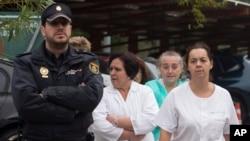 Trabajdores de la salud en España protestan en las afueras del hospital Carlos III donde tratan a la enfermera infectada con el virus y piden la renuncia de la ministra de Salud Ana Mato por la manera cómo ha manejado este caso.