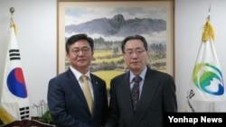 홍용표 한국 통일부 장관(왼쪽)이 1일 서울 세종로 정부서울청사 통일부에서 우다웨이 중국 6자회담 수석대표를 접견하고 있다.