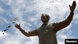 Patung perunggu mendiang mantan presiden Afrika Selatan Nelson Mandela diresmikan di Pretoria, Afrika Selatan, 16 Desember 2013.