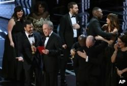 Jimmy Kimmel dan Warren Beatty tertawa setelah mengoreksi penghargaan untuk Film Terbaik yang awalnya diberikan kepada La La Land, kemudian diberikan untuk film Moonlight.
