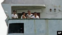 지난달 12일 불법무기 적재 혐의로 파나마에 억류된 북한 선박 청천강호 갑판에 북한 선원들이 나와있다. 파나마 당국은 북한이 69만 달러의 벌금을 납부함에 따라 6개월 만에 출항을 허용했다.