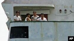 지난 2월 불법무기 적재 혐의로 파나마에 억류된 북한 선박 청천강호 갑판에 북한 선원들이 나와있다. 파나마 당국은 북한이 69만 달러의 벌금을 납부함에 따라 6개월 만에 청천강호와 대부분 선원들의 출항을 허용했다.