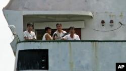 지난해 2월 불법무기 적재 혐의로 파나마에 억류된 북한 선박 청천강호 갑판에 북한 선원들이 나와있다. 파나마 당국은 북한이 69만 달러의 벌금을 납부함에 따라 6개월 만에 출항을 허용했다.