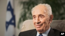 Mantan Presiden Israel Shimon Peres dalam wawancara dengan Associated Press di Yerusalem, November 2015.