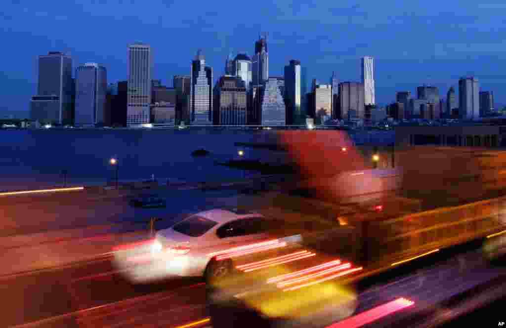 Giao thông lúc sáng sớm ở quân Brooklyn, thành phố New York chậm chạp dịch chuyển bên dưới vòm trời vẫn nhá nhem tối, ngày 1 tháng 11, 2012. New York cố lấy lại nhịp sống hối hả thường lệ, nhưng trên những xa lộ kẹt cứng xe cộ thì vẫn chậm chạp. (AP Photo/Mark Lennihan)