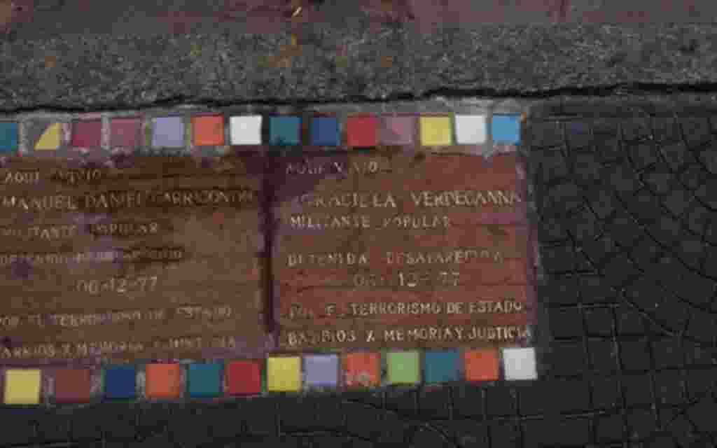 Estas placas son el recuerdo de personas que fueron desaparecidas por la dictadura argentina simplemente por expresar lo que pensaban.