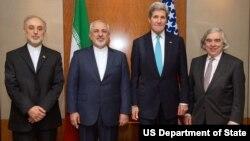 ارنست مونیز، (راست)، در کنار وزرای خارجه آمریکا و ایران و علی اکبر صالحی(چپ)