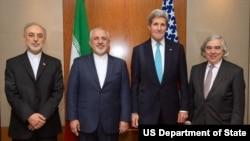 在日內瓦參加克里(右二)和扎里夫(左二)會晤的還有伊朗國家原子能組織主席薩利希(右一)和美國能源部長莫尼茲(左一)。