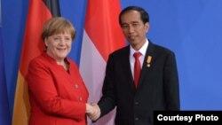 Presiden Joko Widodo (kanan) dalam pertemuan dengan Kanselir Jerman Angela Merkel di Bundeskanzleramt hari Senin siang 18/4 (courtesy: Biro Setpres RI).