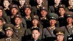 인민군 대장 칭호를 수여받은 김정은(사진중앙)