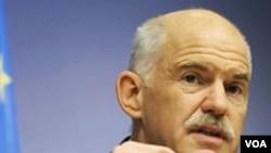Perdana Menteri Yunani George Papandreou pada konferensi pers setelah bertemu dengan para pemimpin negara-negara Uni Eropa di Brussels (24/6).