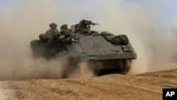 以色列的一辆载人装甲车在以色列和加沙边界处行驶