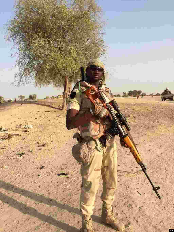"""Un soldat nigérien qui se fait appeler """"Roméo"""" pose pour VOA Afrique près du camp d'Assaga, à Diffa, le 29 février 2016. (VOA/Nicolas Pinault)"""