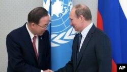 聯合國秘書長潘基文(左)在俄羅斯訪問與總統普京會面﹐期間呼籲朝鮮停止導彈試射