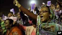 Para demonstran anti pemerintah melakukan aksi protes di Khartoum, Sudan (29/9). Protes anti kenaikan BBM memasuki minggu kedua.
