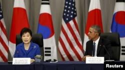 지난 31일 미국 워싱턴에서 열린 미·한·일 정상회담에서 바락 오바마 미국 대통령(오른쪽)이 박근혜 한국 대통령의 발언을 듣고 있다.
