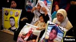 이스라엘 정부가 팔레스타인 수감자 26명을 추가 석방하기로 발표한 가운데, 28일 가자지구 내 이스라엘 수감시설 앞에서 모든 팔레스타인 수감자들의 석방을 요구하는 시위가 열렸다.
