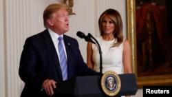 Президент Дональд Трамп и первая леди Мелания Трамп участвуют в церемонии поздравления матерей американских военных по случаю Дня матери. Май 1919 г. (архивное фото)