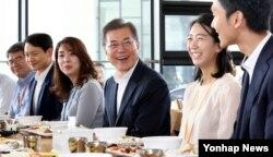 31일 정부세종청사를 방문한 문재인(가운데) 대통령이 구내식당에서 직원들과 점심을 먹고 있다.