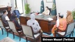اسلام آباد میں گزشتہ ماہ دھرنا دینے والے گمشدہ افراد کے اہلِ خانہ کے وفد کی وزیرِ اعظم عمران خان سے ملاقات۔