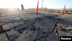 4일 미국 캘리포니아 주 컨카운티 리지크레스의 고속 도로에 균열이 생겼다.