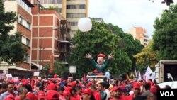 El oficialismo convocó a una gran marcha en el centro de la capital en apoyo al gobierno de Maduro, que enfrenta las tensiones política en medio una crisis económica. Foto: Álvaro Algarra/VOA.