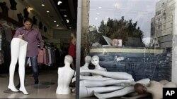 Chủ tiệm Bary Mike dọn dẹp cửa hàng tại thành phố cảng Ashdod sau khi một rocket của các phần tử chủ chiến Palestine phóng đi từ Dải Gaza rơi xuống gần đó, ngày 13/3/2012