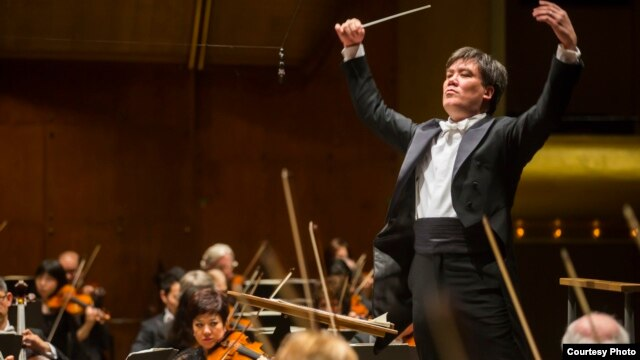 Alan Gilbert conducts the New York Philharmonic  at Avery Fisher Hall, Lincoln Center for the Performing Arts, New York City, March 3, 2014. (Chris Lee)