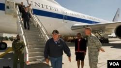 El secretario de Defensa, Leon Panetta, durante una escala en Kirguistán en ruta hacia Afganistán.