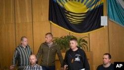 Samoproglašeni gradonačelnik Slavjanska Vjačeslav Ponomarjov sa grupom vojnih posmatrača OEBS-a na konferenciji za štampu u Slavjansku, 27. april, 2014.