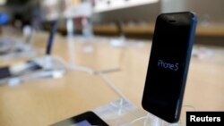 El nuevo iPhone podría ser diseñado en más colores, además de sus tradicionales blanco y negro.