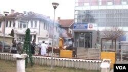 Pečenje vola i prasadi na platou u centru Gračanice (Foto: VOA)